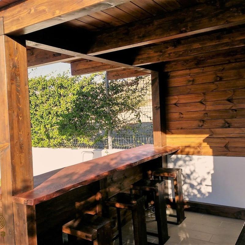 Cenador con barbacoa y porche de diseño