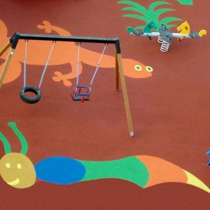 ¿Cómo debe ser el suelo de los parques infantiles?