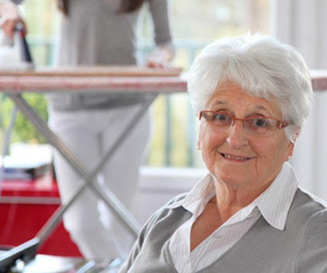 La ayuda de una empleada de hogar para personas mayores