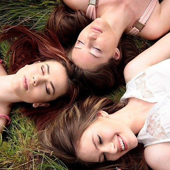 Cinco beneficios de la amistad durante la adolescencia