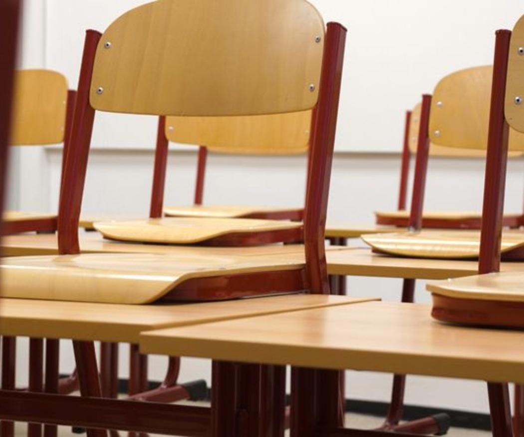 ¿Por qué las sillas de universidad tienen esa forma?