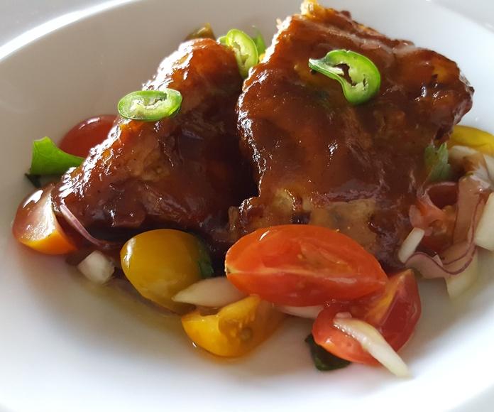 Costilla de Duroc, salsa pibil y pico de gallo.