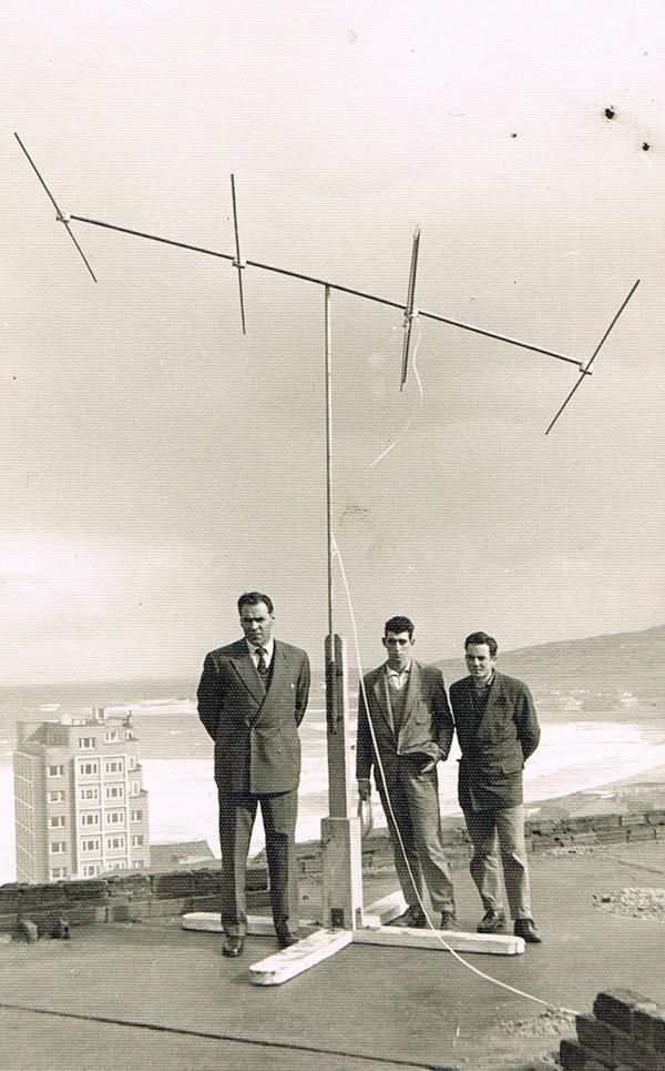 Primera antena de televisión en Gijón. Años 50. Intentando captar señal de Tv de la BBC desde Gijón.Televisión Española todavía no existía.