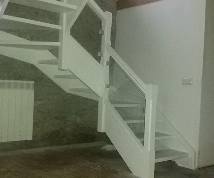 Escalera abierta barandilla madera cristal lacada en balnco