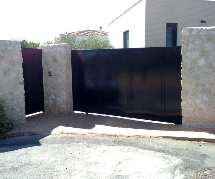 puerta corredera mas puerta peatonal panelada con chapa de hierro