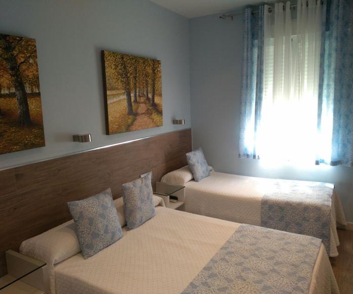 Habitación doble con baño privado.: Habitaciones de Hostal Alegría