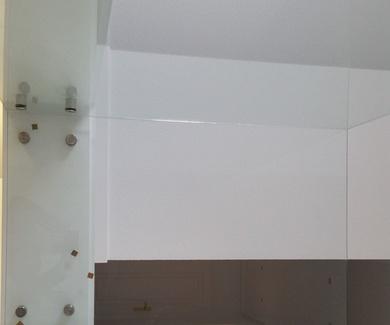 Escalera de cristal y pedaños de Quick-Step serie Largo.Rodapié de 120X13mm. lacado.