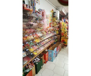 Comprar golosinas en El Carmel, Barcelona