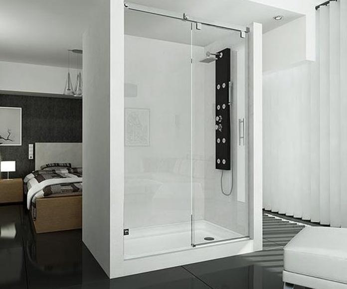 Mampara de ducha compuesta por un fijo lateral y una perta corredera sin guia inferior.