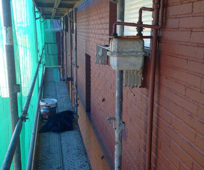 Impermeabilización de fachadas con revestimientos semiespesos coloreados.
