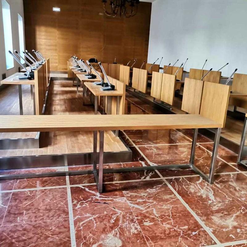 Adaptación y modernización de sala de actos con acero inoxidable