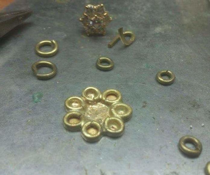 Fabricación de pendientes rosetón con brillantes.