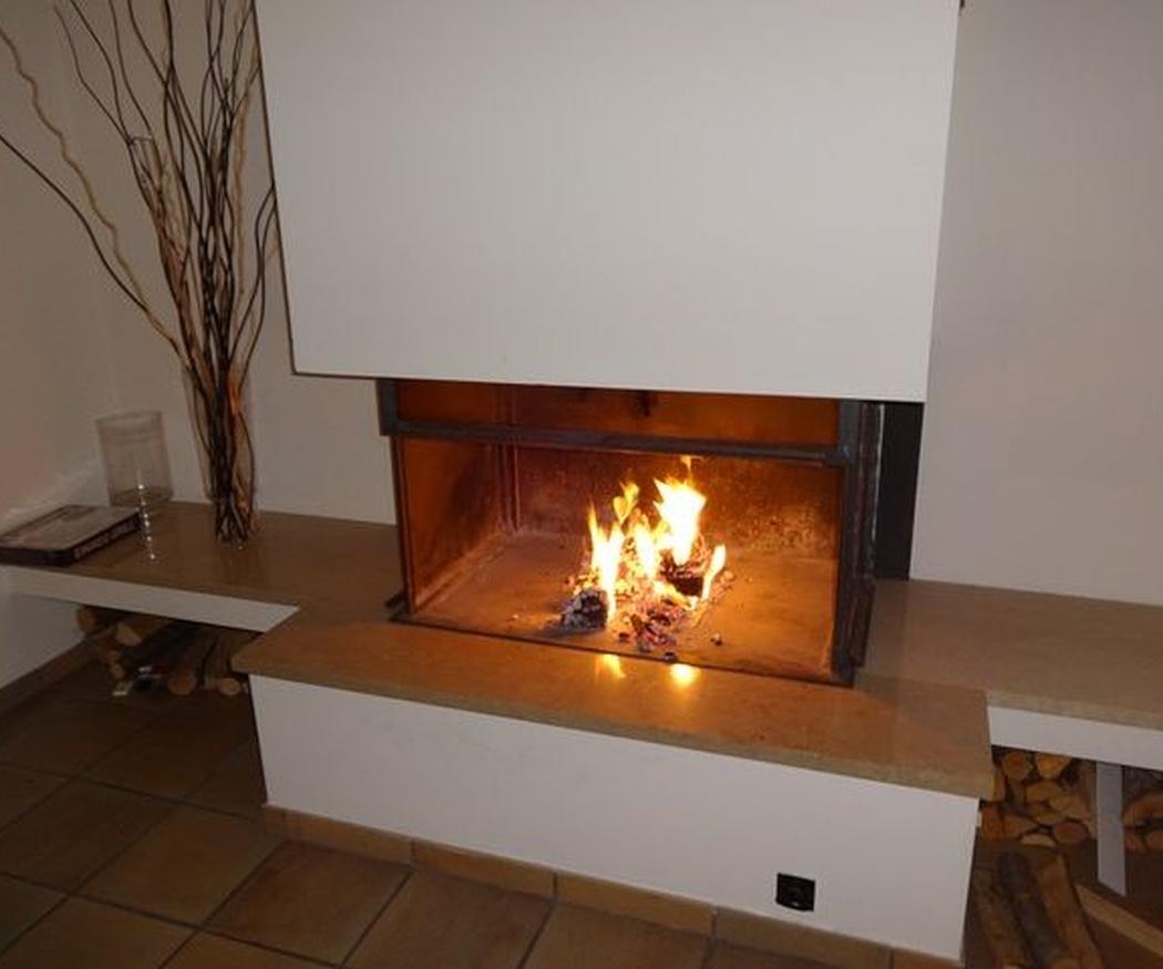 5 soluciones originales para integrar la chimenea en tu salón