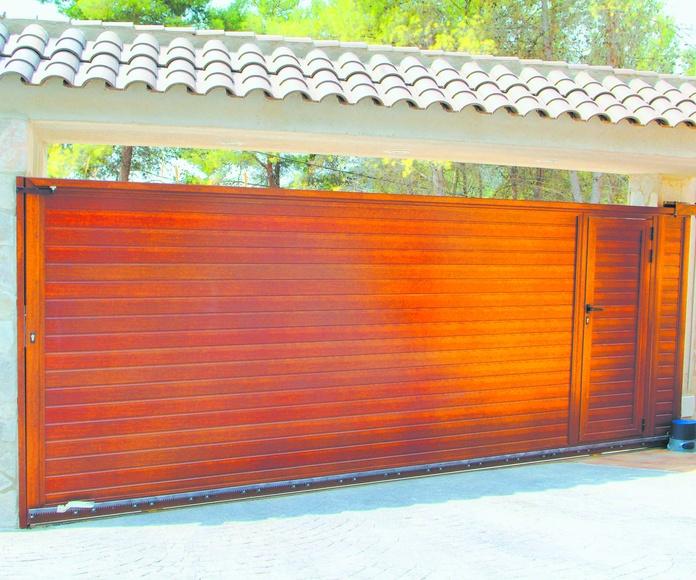 A103 Puerta Corredera de aluminio con peatonal incorporada imitación madera