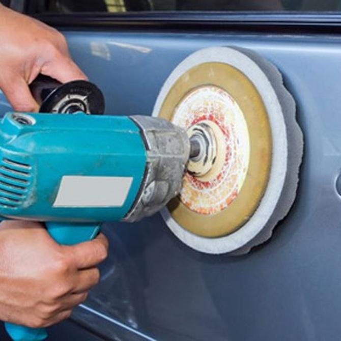 Decapar las superficies antes de pintar un coche