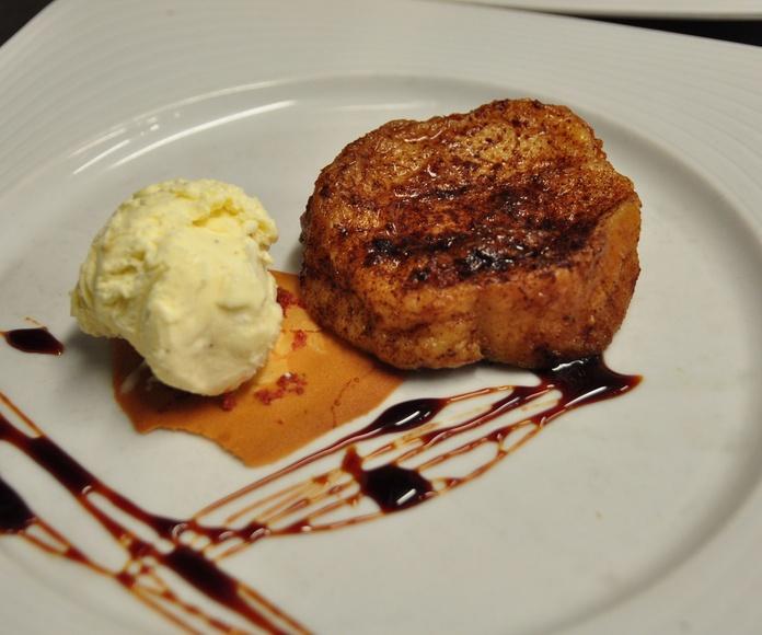 Torrija de pan de pueblo, con helado de vainilla.