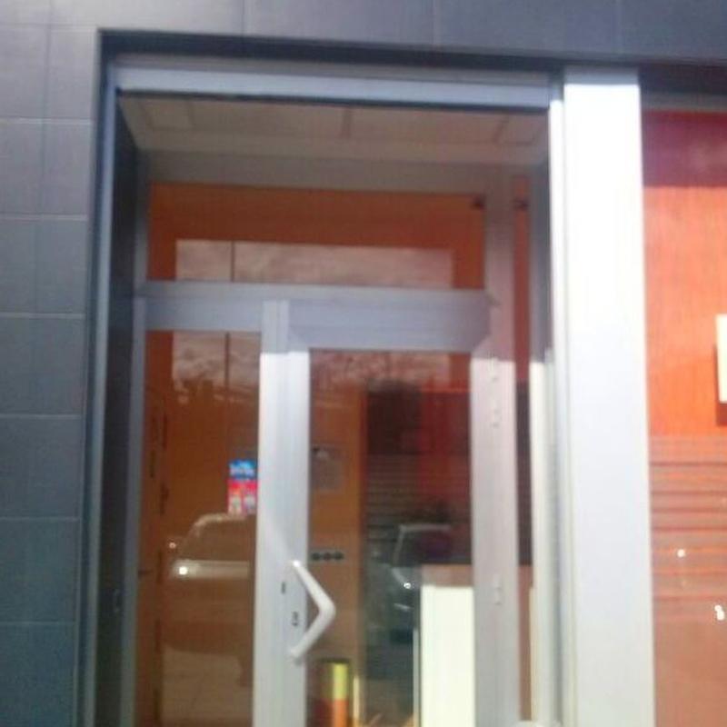 Puertas de aluminio: Servicios de Hermanos López Navarro