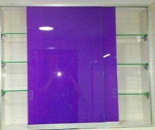 Estantes de cristal con puertas correderas