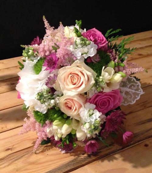 Bouquet con astilbe, astrantia, rosas...