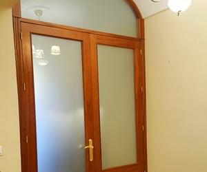 Cancela de madera de sapeli barnizado en su color de 2'4 metros x 1'60 metros mas montante de 0'6 me