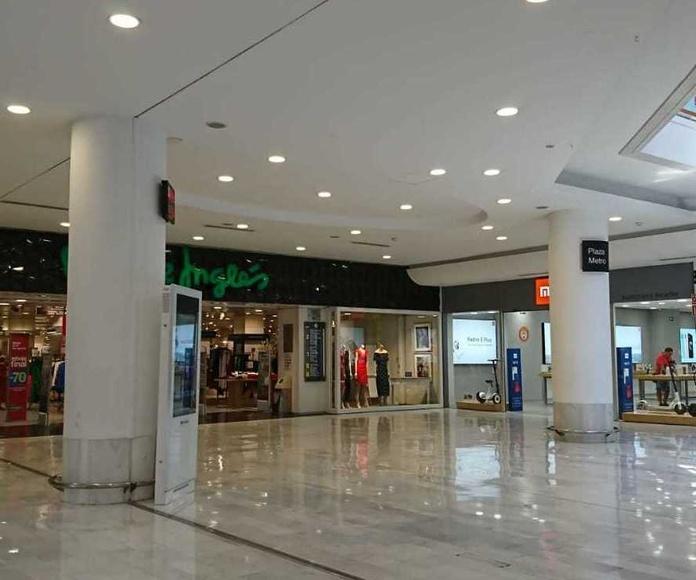 Trabajo de iluminación led en centro comercial