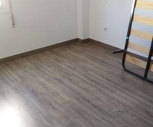 Instalación de suelo laminado de uso muy intenso valido para cocinas en Estepona. Instalador de tarima flotante y suelo laminado