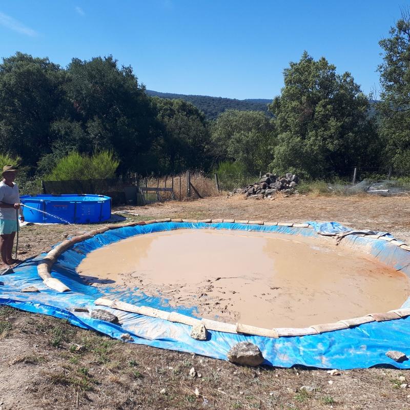 Augusto Madalena preparando la piscina de arcilla. Extensión Biodanza en Arcilla. (Artaza. España) 2018
