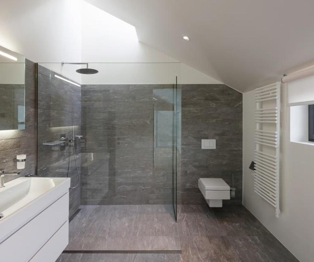 Modificar el tamaño aparente de un baño gracias a los azulejos