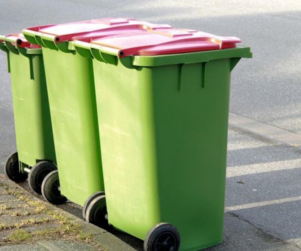 Sacar los cubos de basura en una comunidad