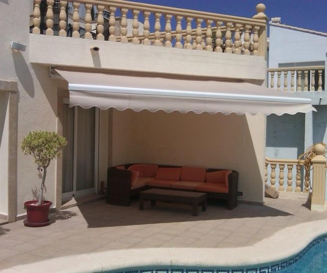 Instalación de toldo extensible en una terraza