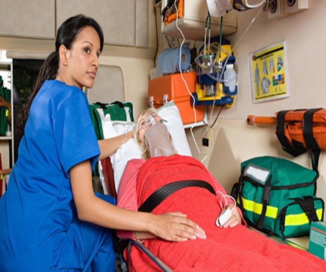 Los acompañantes del paciente en la ambulancia