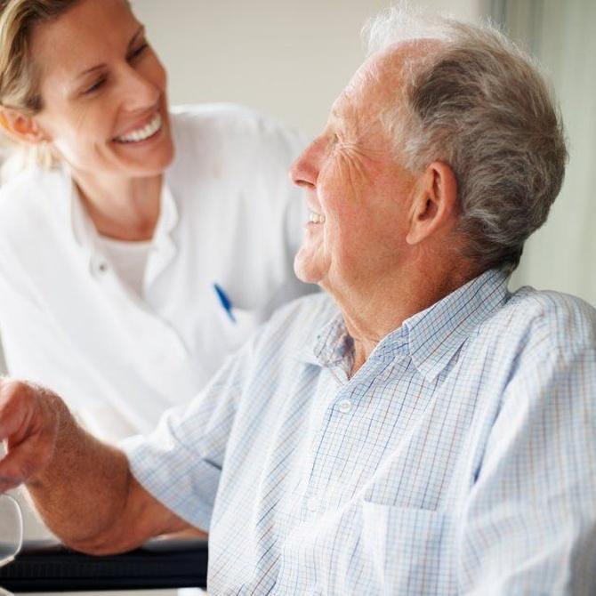 La importancia de contar con un cuidador de ancianos