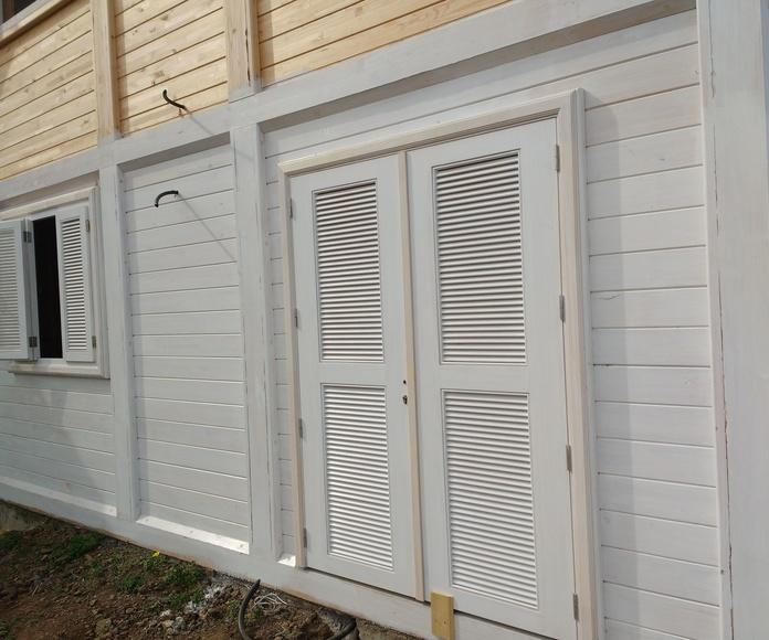 Casa de madera pintada de Blanco