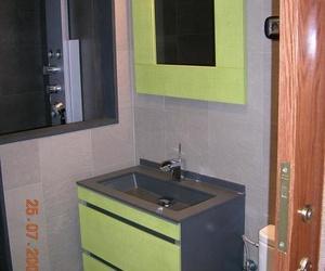Reforma de cuarto de baño. Conjunto de lavabo con acabado textil.