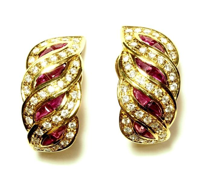 Pendientes de oro de 18k, diamantes y rubíes calibrados. Circa: 1950-60.: Catálogo de Antigua Joyeros