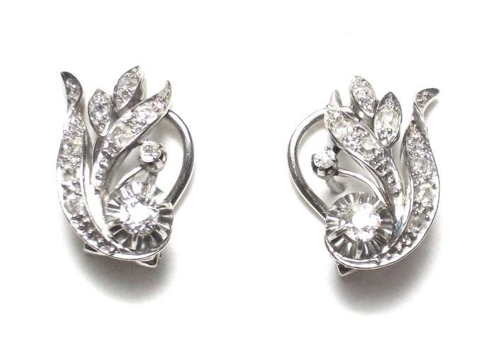 Pendientes de oro blanco de 18k con diamantes. Circa: 1930-1940.: Catálogo de Antigua Joyeros