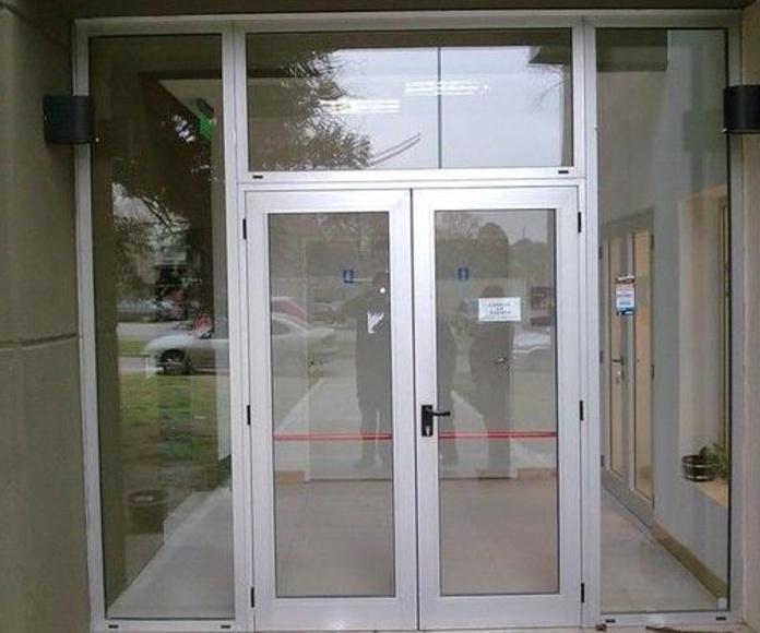 puertas batientes de aluminio y fijos de cristal
