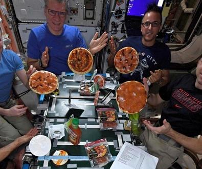 Preparando pizza en el espacio