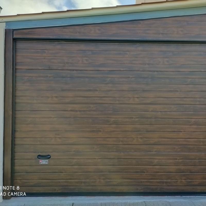 Puerta seccional lacada imitación madera