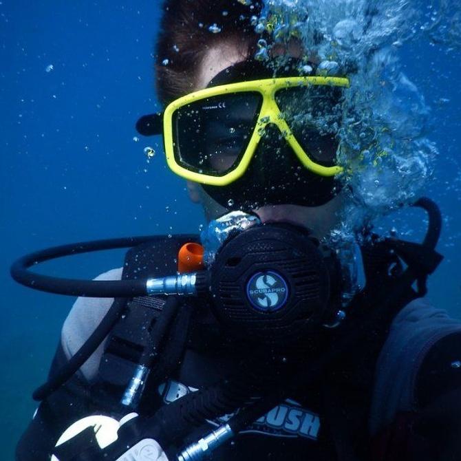 ¿Qué reconocimiento debo pasar para practicar el buceo?