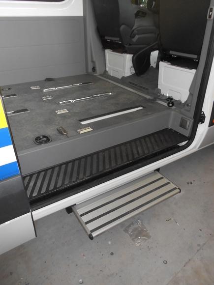 Peldaño de 700 instalado en Volkswagen Crafter (desplegado)