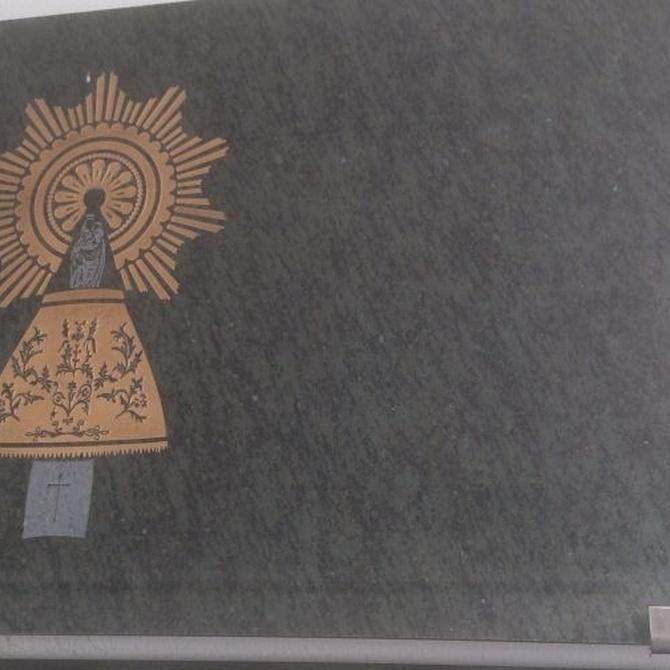 ¿De qué materiales se fabrican las lápidas funerarias?