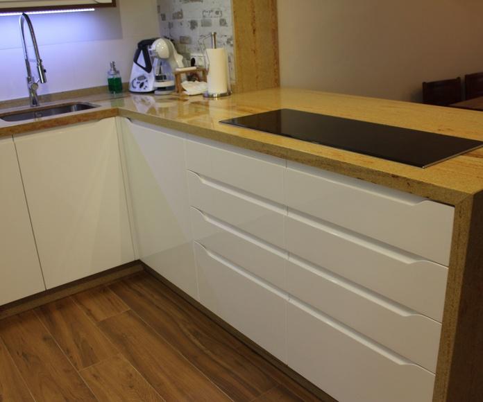 Cocina lacada blanca con un toque de madera de nogal
