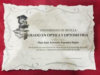 Los alumnos del acto de graduación Hicieron entrega distinción  a Jose Antonio Fuentes Najas