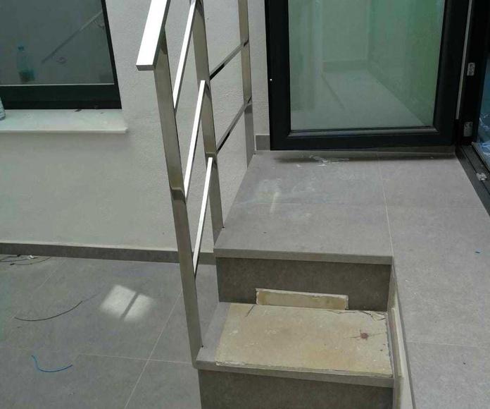 Barandilla  de acero inoxidable sencilla diseñada y fabricada a medida con embellecedores de acero inoxidable personalizados.