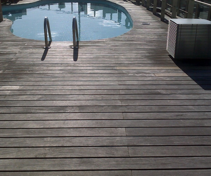 Tarima piscina antes del tratamiento de restauración.