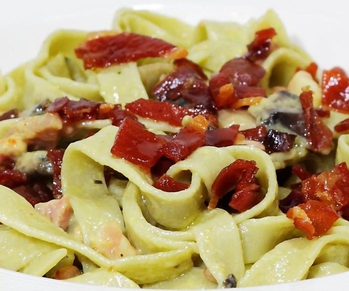Tagliatella de espinacas con salsa de bacon cremosa