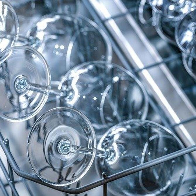 ¿Por qué salen los platos sucios de mi lavavajillas? ¿Debo aclararlos antes de meterlos?