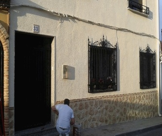 Fachada de pintura plástica con zócalo imitación a piedra.: Trabajos y Técnicas de José Luis Moreno Aplicaciones Pintura, S.L.