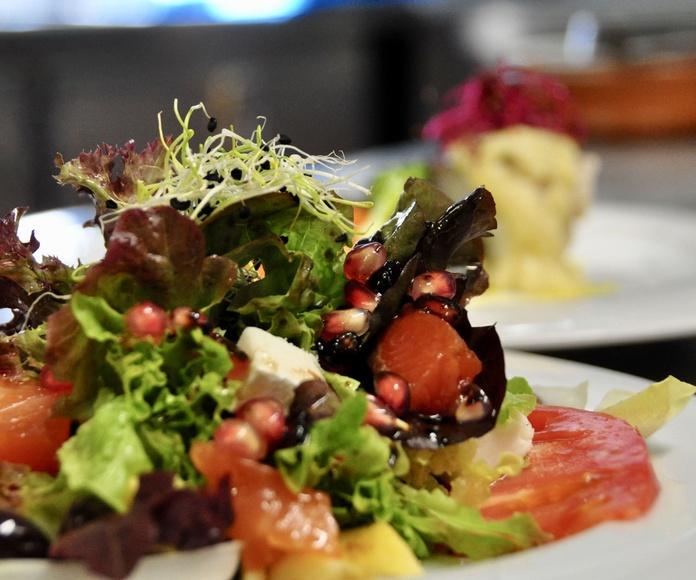 """Ensalada de salmón marinado,manzana, queso """"Los Meleses"""" de Radiquero, con vinagreta de granada."""